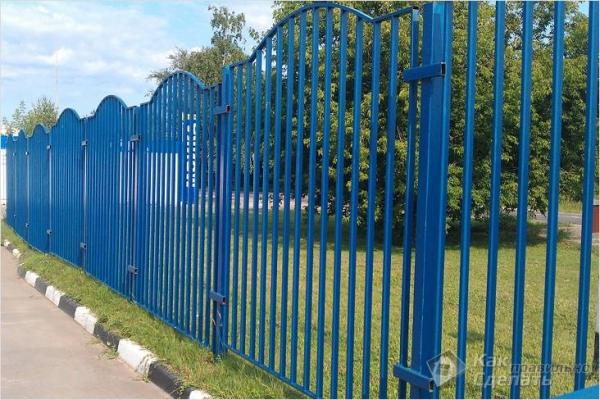 Как сделать забор из профильной трубы — строительство металлического забора